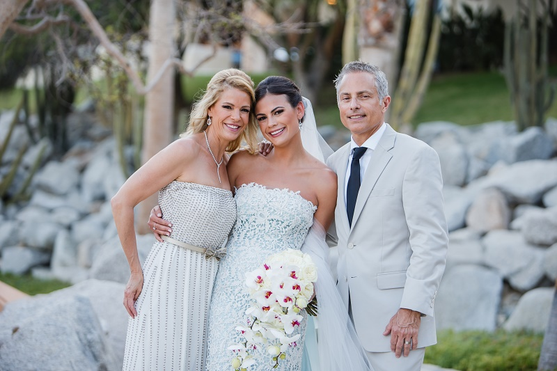 bride with her parents los cabos weddings elena damy