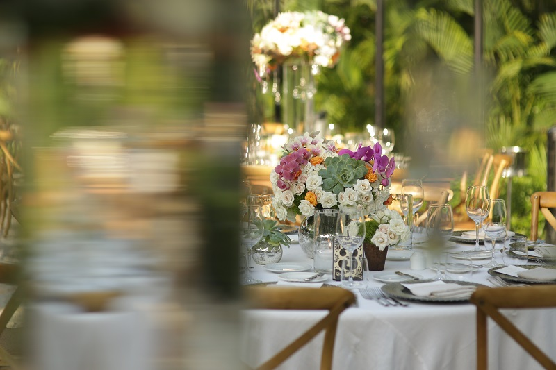 Outdoor Weddings One&Only Palmilla Mexico Natural Wood Chairs Raw Linen Tableclothes Elena Damy Floral Design
