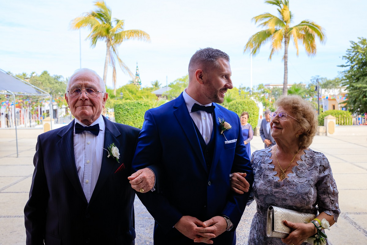 groom and his parents